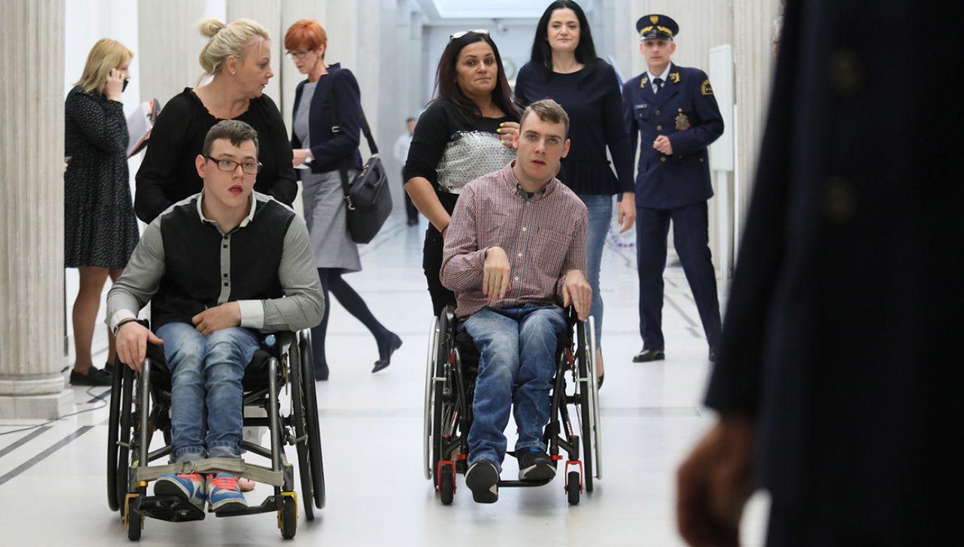 Liderka protestu opiekunów osób niepełnosprawnych Iwona Hartwich i minister pracy, rodziny i polityki społecznej Elżbieta Rafalska po spotkaniu zamkniętym w Sejmie (fot. PAP/Leszek Szymański)