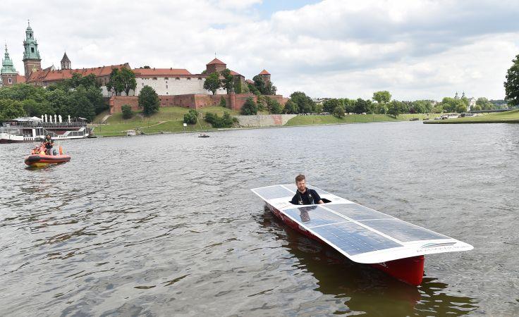 Zwodowana łódź zasilana energią słoneczną, fot. PAP/Jacek Bednarczyk