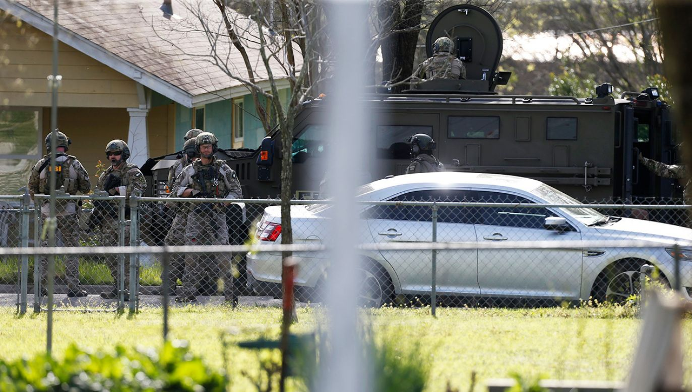 Funkcjonariusze jednostki specjalnej FBI przed domem domniemanego sprawcy w Pflugeville, w Teksasie (fot. PAP/ EPA/STEPHEN SPILLMAN)