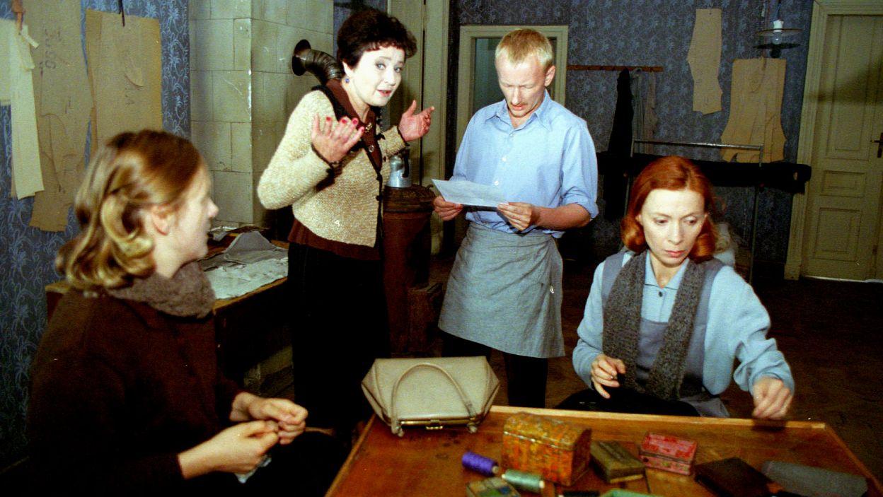 """Jako Helena w """"Pracowni krawieckiej"""" (2000) Jean-Claude'a Grumberga w reż. Wojciecha Pszoniaka (fot. J. Bogacz)"""