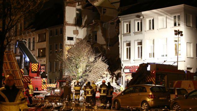 Pod gruzami zginęły co najmniej dwie osoby (fot. PAP/ EPA/OLIVIER HOSLET)