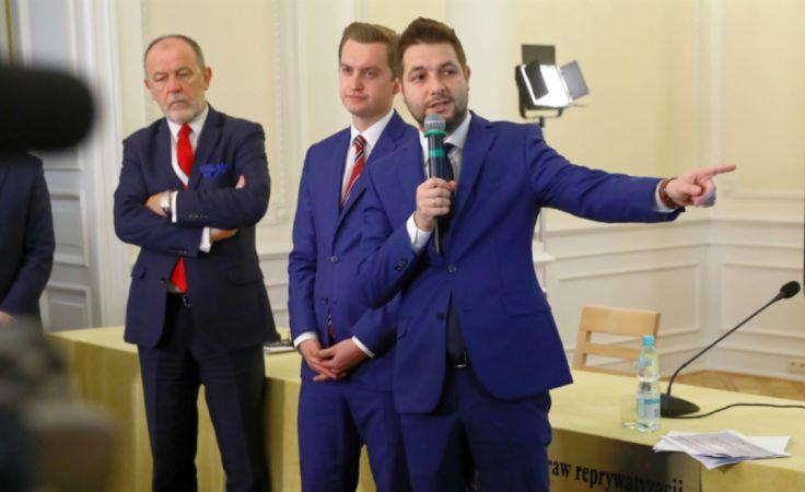 Suma przyznanych przez komisję zadośćuczynień wynosi ponad 216 tysięcy złotych.  Fot: PAP/Rafał Guz