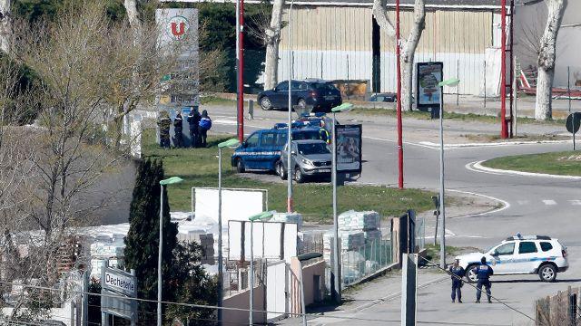 Napastnik z Trebes zatrzelony. Żądał uwolnienia terrorysty Abdeslama