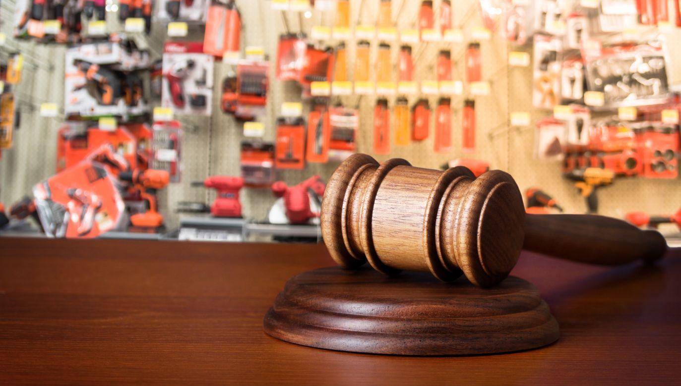 Sędzia Paweł M. przez dwa lata będzie miał obniżoną pensję o 20 procent (fot. Shutterstock/Alex Staroseltsev/Trong Nguyen )