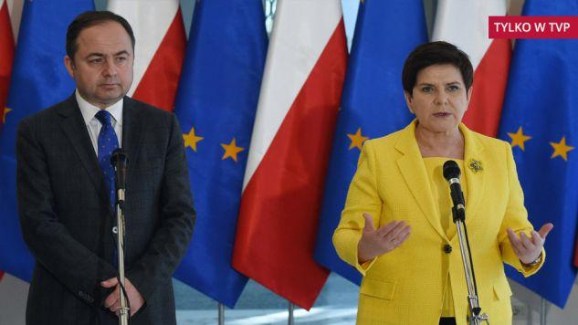 Sekretarz stanu w MSZ Konrad Szymański i premier RP Beata Szydło (PAP/Radek Pietruszka)