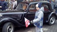 Kubuś, wnuczek Sylwii Hoffmann, na Gdańskiej w Bydgoszczy przy zabytkowych samochodach (nad. Sylwia Hoffmann)