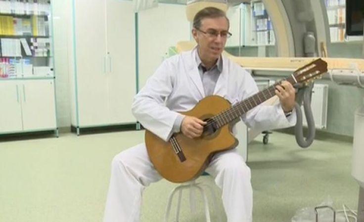 Lekarz z Torunia muzykoterapią dociera do pacjentów