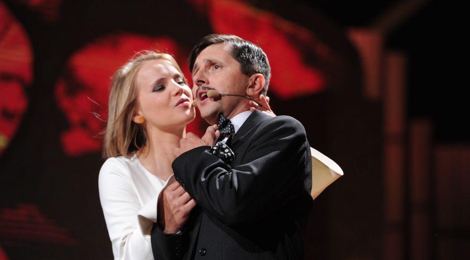 """Tomasz Drabek i jakież wyzwanie – """"Bez Ciebie jestem tak smutny jak kondukt w deszczu pod wiatr"""" (fot. J. Bogacz/TVP)"""
