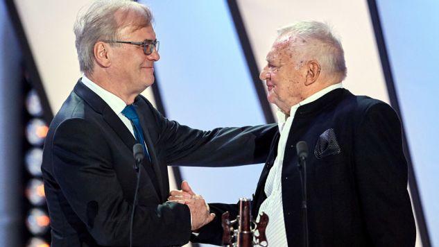 Jerzy Gruza odebrał nagrodę z rąk Jacka Bromskiego (L) (fot. PAP/Adam Warżawa)