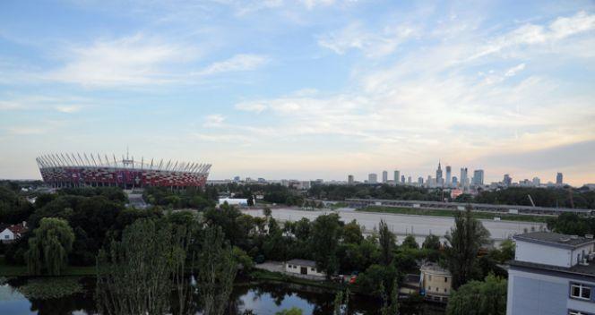 Z dachu fabryki Wedla rozciąga się kapitalny widok na Stadion Narodowy (fot. TVP/I. Sobieszczuk)