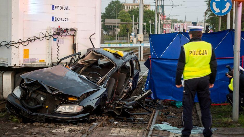 Tir i zmiażdżona taksówka zablokowały przejazd przez Rondo Fordońskie (PAP/Tytus Żmijewski)