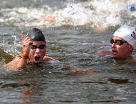 Eva Risztov (L) okazała się najlepsza w morderczym pływackim maratonie (fot.Getty Images)