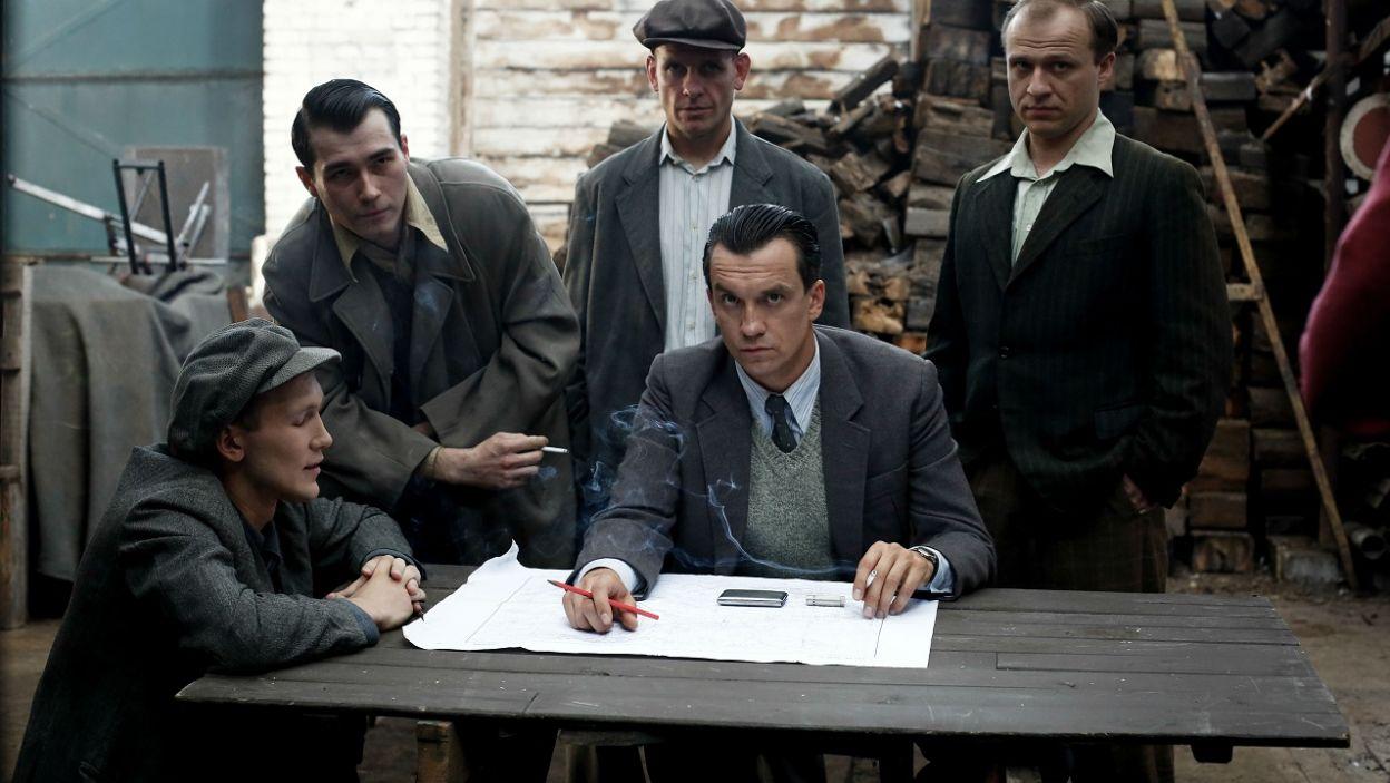 To oni spróbują odbić tajemniczych więźniów, którymi okazali się… (fot. TVP)