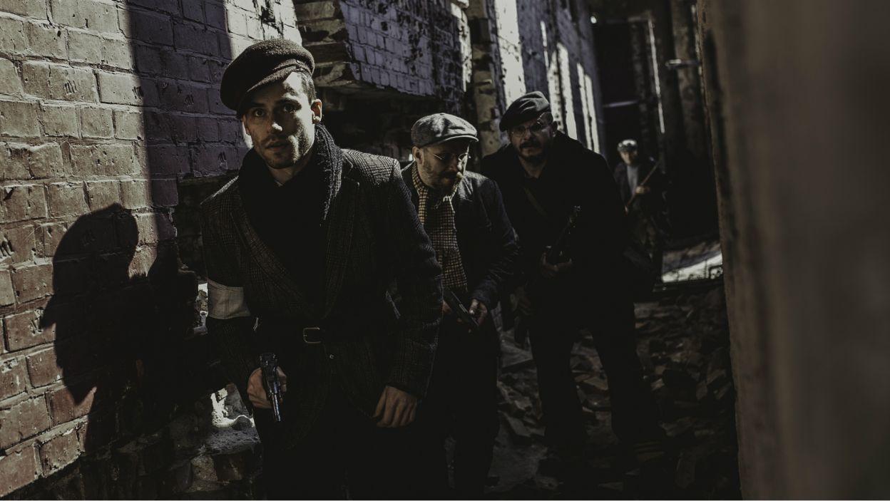 Szuka jest rodzajem podróży artystycznej przez przedwojenną scenę i ulice Warszawy aż po dramatyczne wydarzenia z czasów powstania i zagłady getta (fot. S. Loba/TVP)
