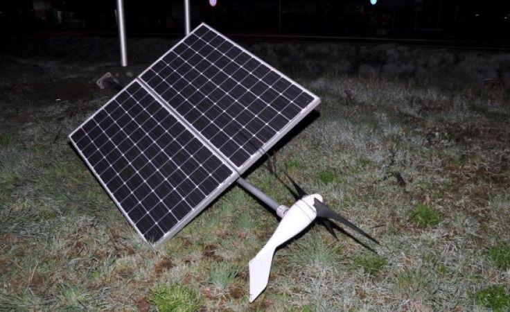 Ten słup z kolektorem solarnym i wiatrakiem próbował ukraść 19-latek z Działdowa (fot. KWP Olsztyn)