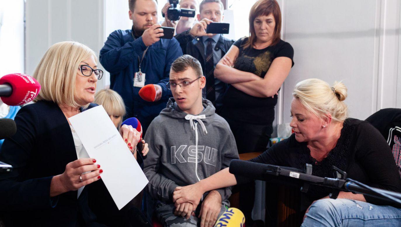Rzeczniczka rządu Joanna Kopcińska (L) z protestującymi w Sejmie rodzicami i opiekunami dzieci niepełnosprawnych (fot. PAP/Adam Guz)