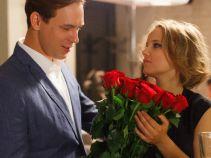 Romantyczne gesty nie są Marcinowi obce. Bukiet czerwonych róż... (fot. M. Wiecha/ TVP)