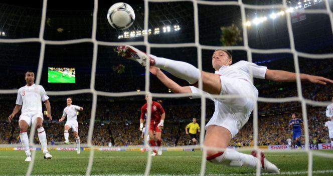 Nieuznany gol Marco Devicia (choć wcześniej był ofsajd) w meczu z Anglią wywołał burzę na Ukrainie (fot. Getty Images)