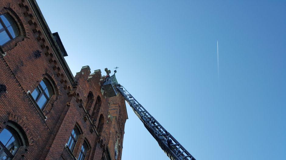 Strażacy zabezpieczają krzyż na Klasztorze Redemptorystów w Krakowie (2)