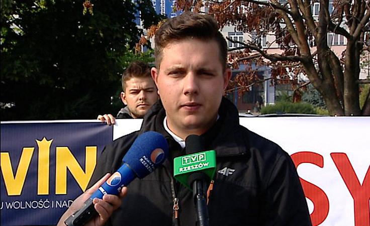 Protest przedstawiciele partii KORWiN przed Uniwersytetem