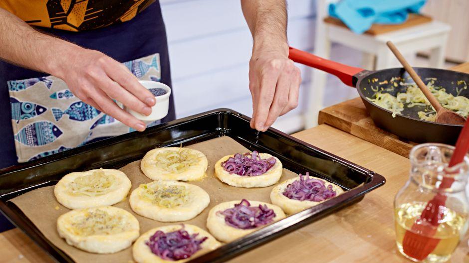 Ugniecione i wyrośnięte ciasto formujemy, wypełniamy farszem cebulowo - makowym, a następnie wkładamy do piekarnika (fot. TVP)