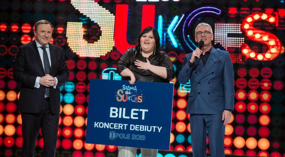 Zwyciężczyni odebrała nagrodę z rąk prezesa TVP Jacka Kurskiego i nie kryła przy tym łez wzruszenia (fot. J. Bogacz/TVP)