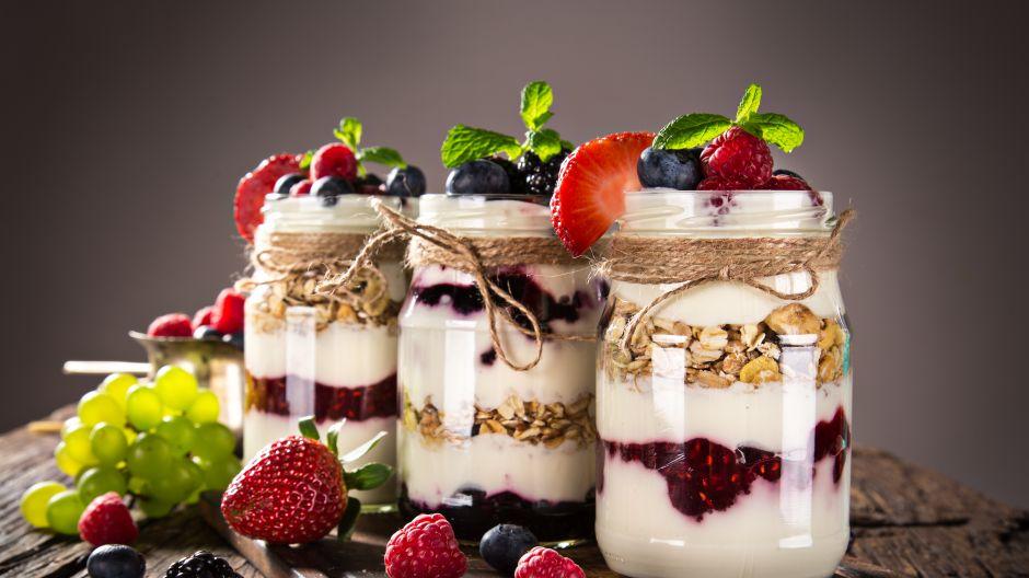 Jogurt, granola i owoce sezonowe – pożywna przekąska gotowa! (fot. Shutterstock)