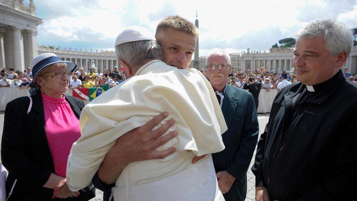 Papież Franciszek i Tomasz Komenda (fot. PAP/EPA/VATICAN MEDIA)