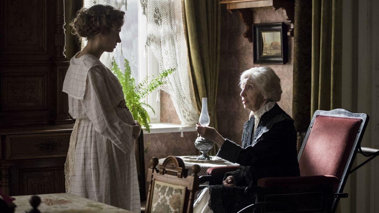 Babcia Emilia ofiarowuje wnuczce własną obrączkę ślubną, by dziewczyna uniknęła plotek (fot. TVP)