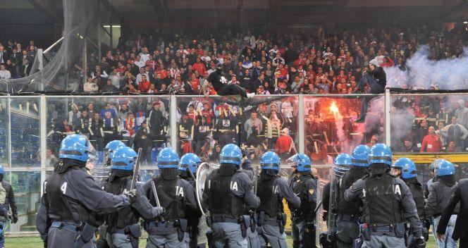 Zamieszki ze stadionu przeniosły sie również na ulice (fot.PAP/EPA)