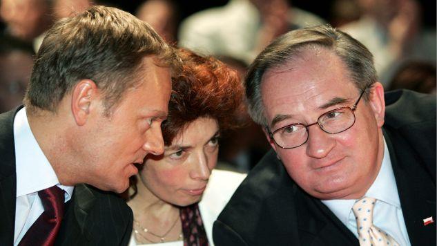 Kongres Platformy Obywatelskiej , na którym Donald Tusk oświadczył ,że jest oficjalnym kandydatem na urząd prezydenta . N/z: Nelly Rokita (C) , Donald Tusk (L) i Jacek Saryusz-Wolski (P) w 2005 roku (fot. arch.PAP/Andrzej Wiktor/Archiwum)