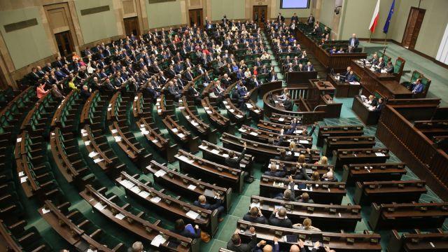 Sejm przyjął uchwały, które anulują wybór pięciu sędziów Trybunału Konstytucyjnego