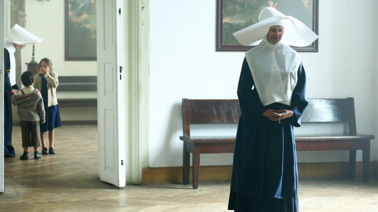 Dzieci w klasztorze są chwilowo bezpieczne, a po rannego szmalcownika ma przyjechać ktoś z oddziału Witka (fot. TVP)
