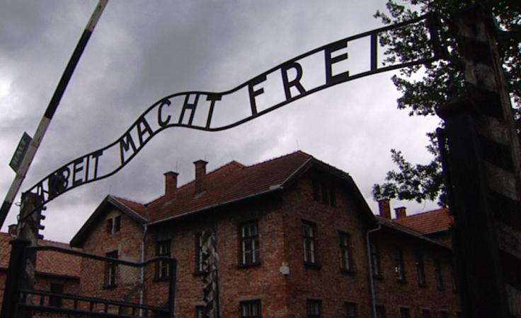Oskarżonym za znieważenie miejsca pamięci grozi kara grzywny lub ograniczenia wolności.