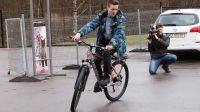 Potrącony przez pijanego kierowcę 13-letni Hubert stracił w wypadku rower. Dzięki ludziom dobrej woli (#dobropowraca) znowu może dojeżdżać na piłkarskie treningi (fot. Paweł Ciunel).