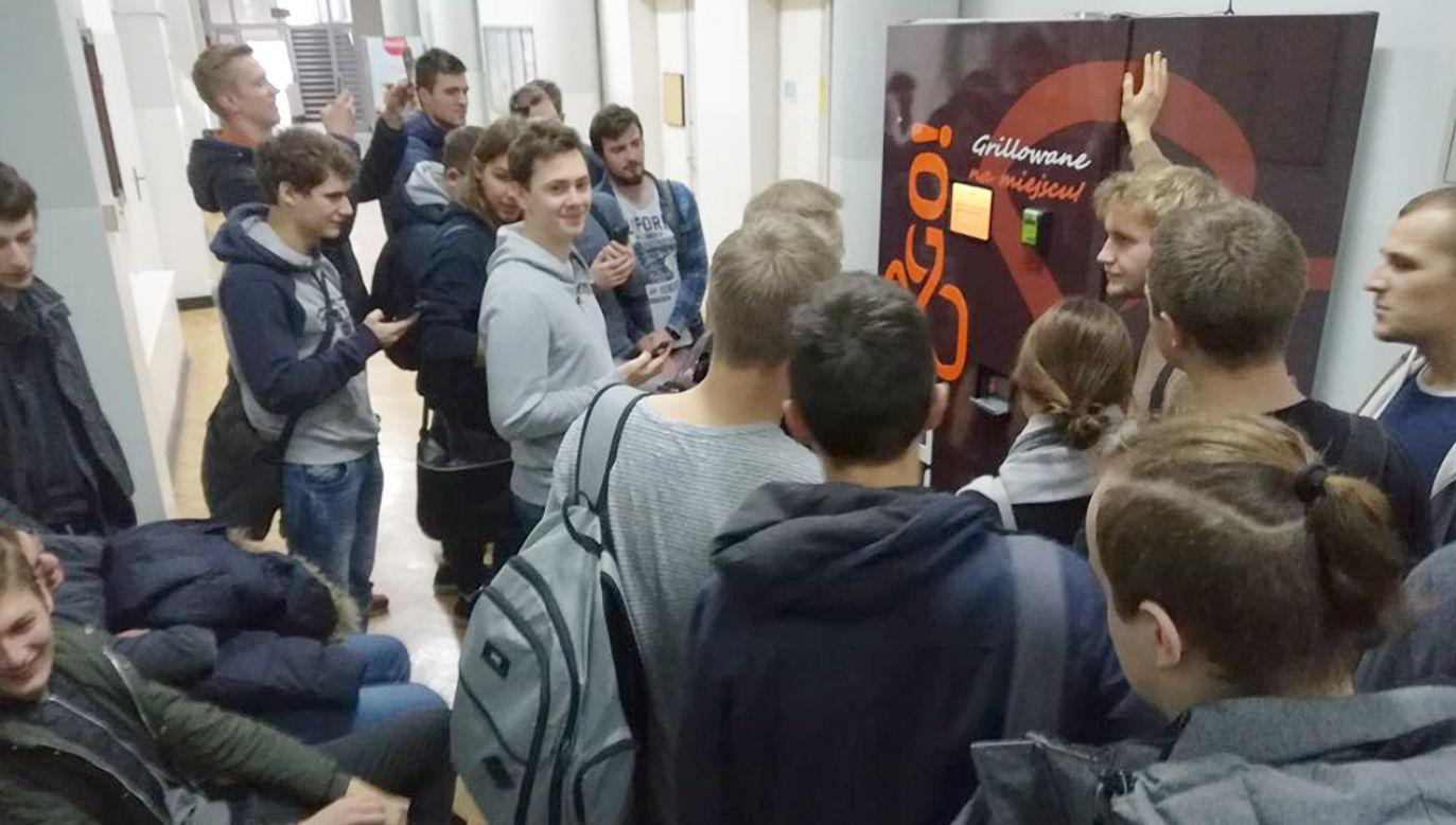 Pierwszy automat do kebabu zbudowali studenci Politechniki Warszawskiej (fot. fb/Szymon Skrzypiec)