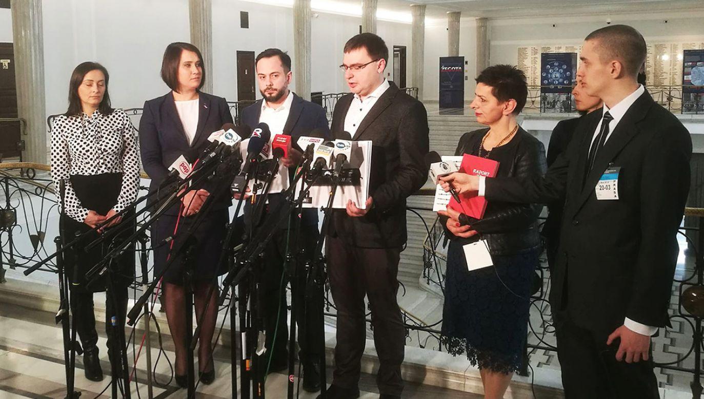 Konferencja prasowa partii Republikanie z udziałem pomysłodawców projektów historyczno-edukacyjnych (fot. tvp.info/Radosław Poszwiński)
