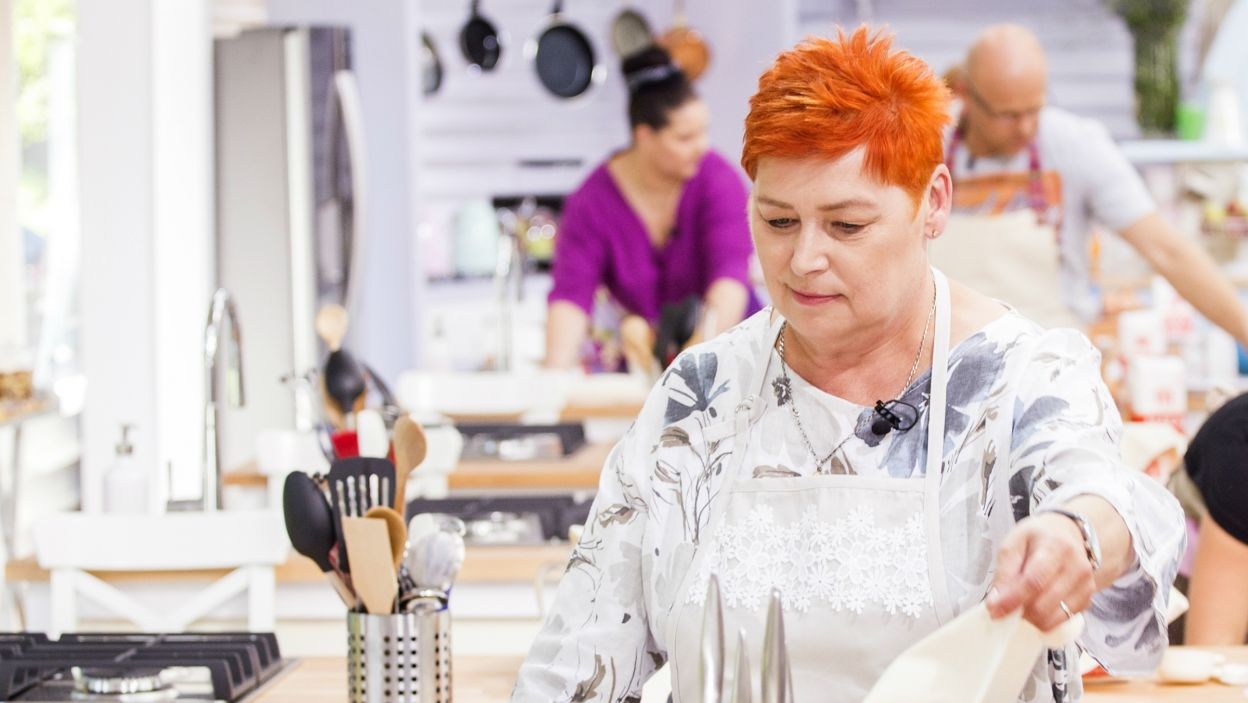 Krystyna Banaczkowska odpoczywa przy pieczeniu, szydełkowaniu i robieniu na drutach (fot.TVP)