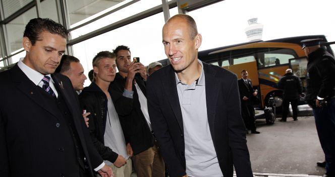 Arjen Robben w drodze do samolotu (fot. PAP/EPA)