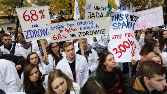 Lekarze rezydenci domagają się m.in. wzrostu finansowania ochrony zdrowia (fot. PAP/Paweł Supernak)