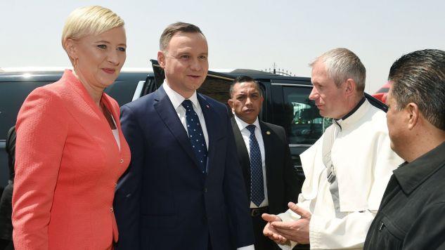 Para prezydencka podczas wizyty w polskiej misji pallotyńskiej (fot. PAP/Radek Pietruszka)