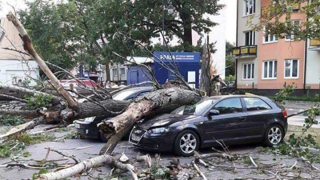 Burze nad Polską. Tysiące odbiorców bez prądu, pozrywane dachy