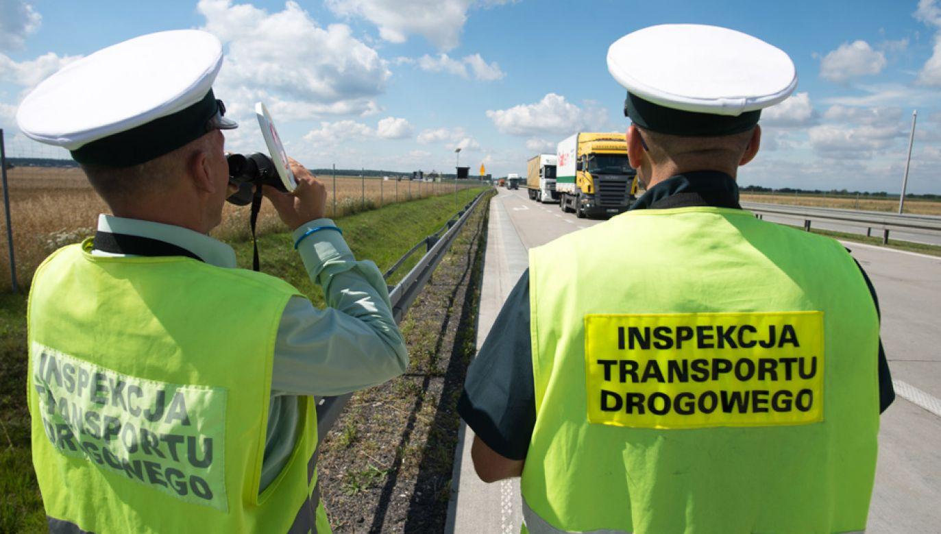 Obecnie inspektorzy transportu drogowego pracują jedynie w ciągu dnia (fot. PAP/Grzegorz Michałowski)