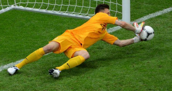 W meczu z Grecją Przemysław Tytoń obronił rzut karny zaraz po wejściu na boisko (fot. Getty Images)