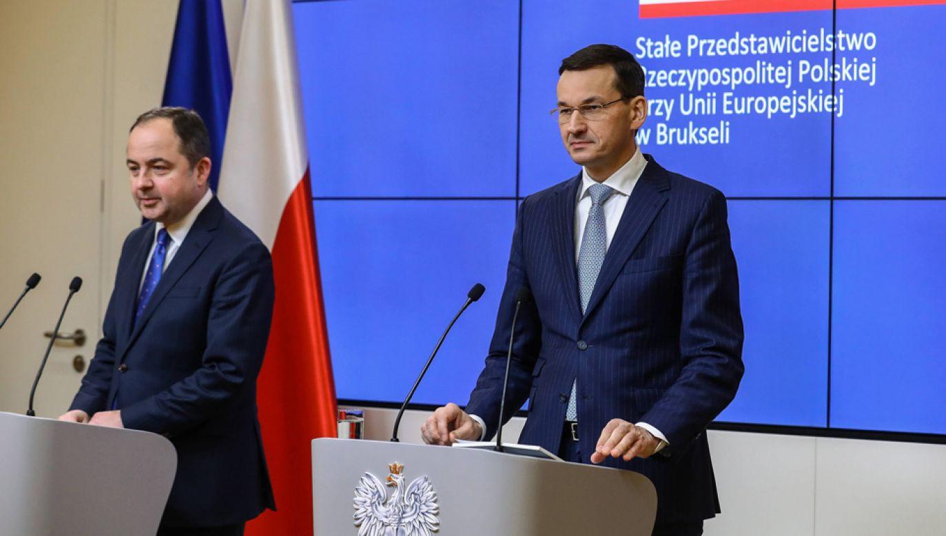Wiceszef MSZ Konrad Szymański i premier Mateusz Morawiecki (fot. PAP/Rafał Guz)