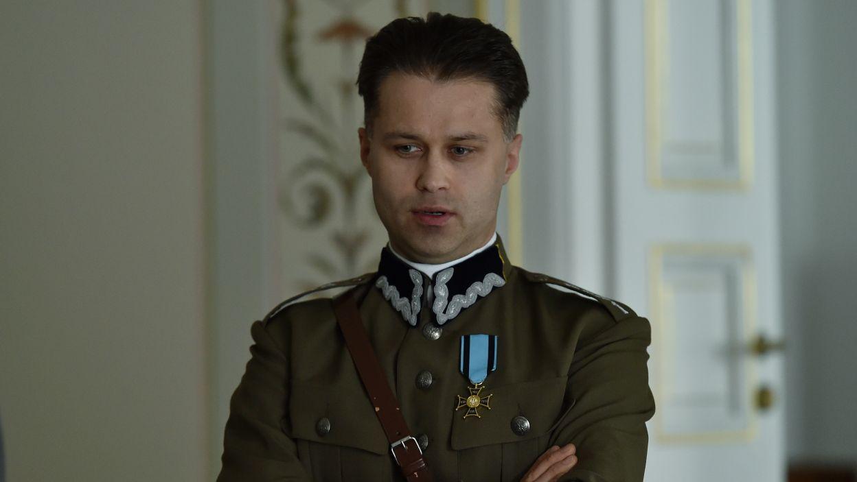 Maciej Zakościelny wcielił się w postać adiutanta marszałka, Mieczysława Lepeckiego (fot. Ireneusz Sobieszczuk/TVP)
