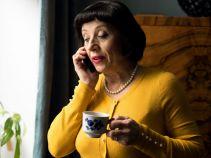 Tymczasem pani Irenka ma bojowe zadanie: Jak przekonać Helę do założenia sukienki na chrzest brata? (fot. TVP)