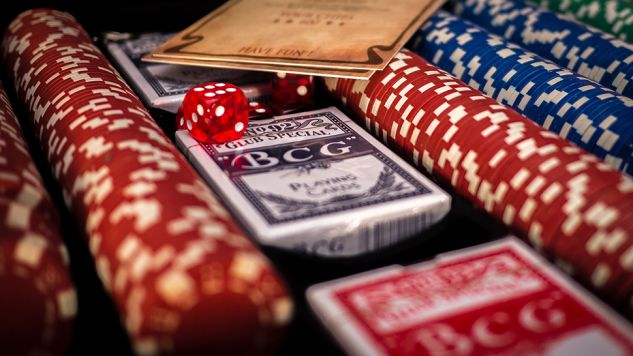 Gra w pokera jest możliwa na ściśle określonych zasadach (fot. Pixabay/TheAndrasBarta)