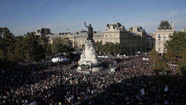 Wielotysięczna demonstracja w Paryżu (fot. PAP/EPA/YOAN VALAT)