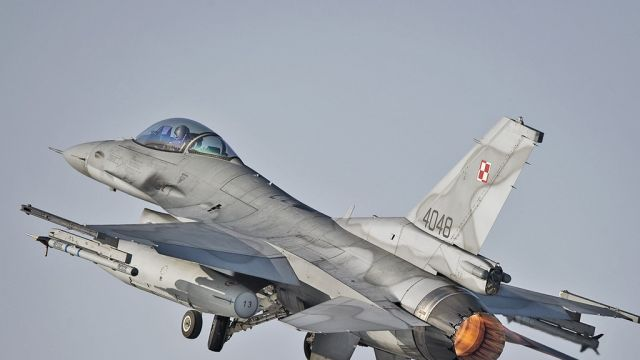 """Polski F-16 zderzył się """"ze statkiem powietrznym niewiadomego pochodzenia""""? Komisja bada wgniecenia w kadłubie"""